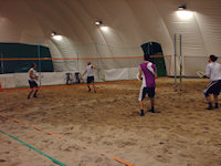 Partita di beach tennis al chiuso